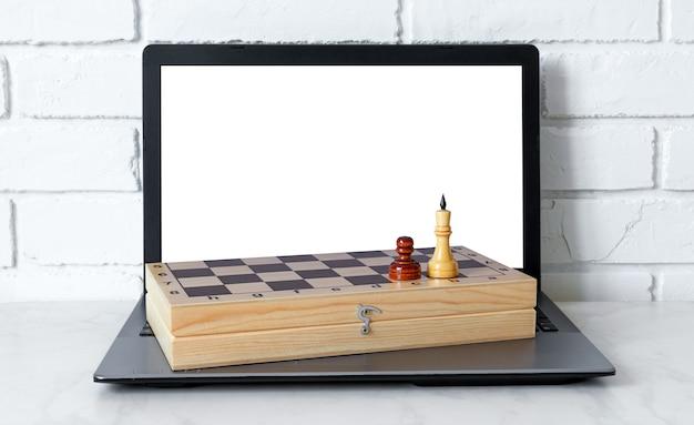 Graj w szachy online z laptopem. nauka gry w szachy przez internet.