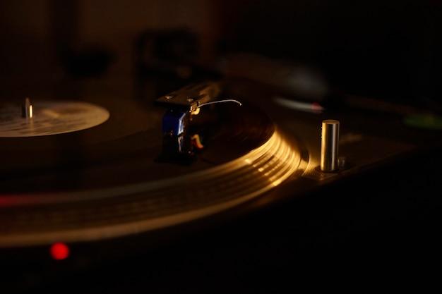 Gramofon vintage podczas odtwarzania płyty winylowej.