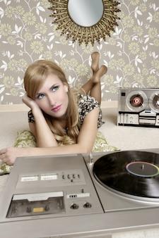 Gramofon winylowy audiophile retro woman