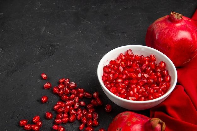 Granat czerwony dojrzałe granaty miska z nasion granatu obrus