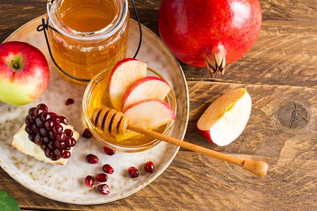 Granat, jabłko i miód, tradycyjne potrawy żydowskiego nowego roku, rosz haszana.