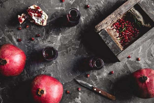 Granat w czarnym pudełku na ciemnym tle. zdrowa żywność, owoce