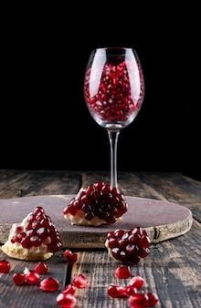 Granat w kieliszku do wina na powierzchni drewnianych