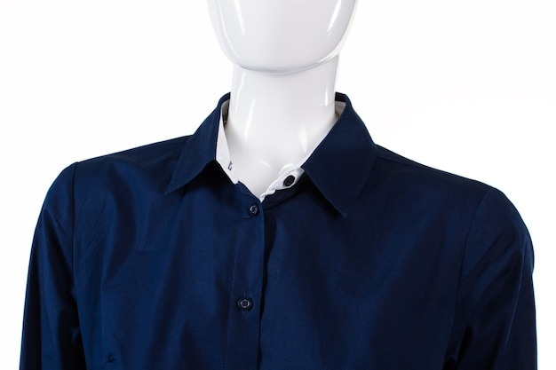Granatowa koszula wizytowa na manekinie. gładka koszula wizytowa damska. ciemna koszula z rozpiętym kołnierzykiem. granatowa oficjalna koszula na wyświetlaczu.