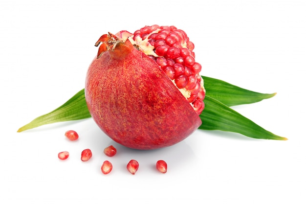 Granatowiec owoc z zielonym liściem i cięciami odizolowywającymi