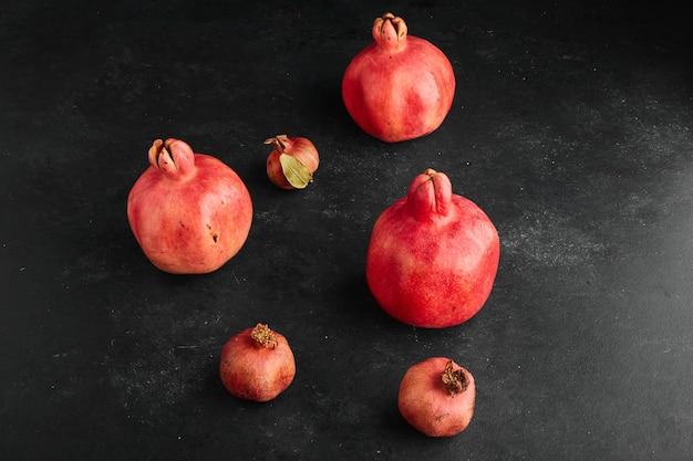 Granaty czerwone w małych i dużych kształtach.