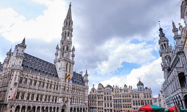 Grand place wieczorem w brukseli, belgia