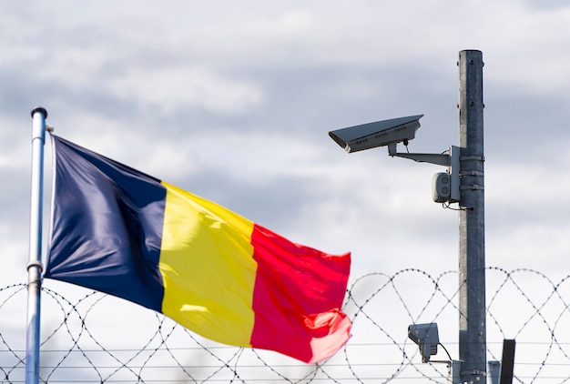 Granica belgijska, ambasada, kamera monitorująca, drut kolczasty i flaga belgii, zdjęcie koncepcyjne