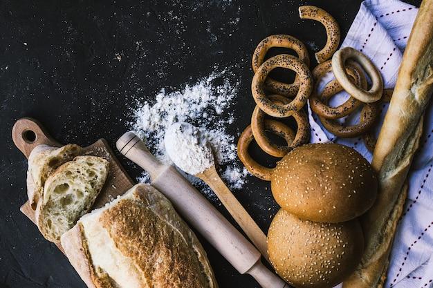 Granica chleba na ciemnej powierzchni
