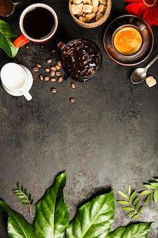 Granica różnorodna kawa na betonowym tle