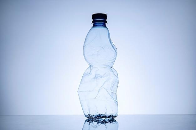 Granica zmiętej pustej przezroczystej plastikowej butelki