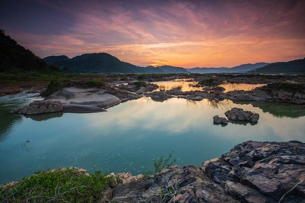 Granice rzeki mekong tajlandii i laosu w porze suchej.