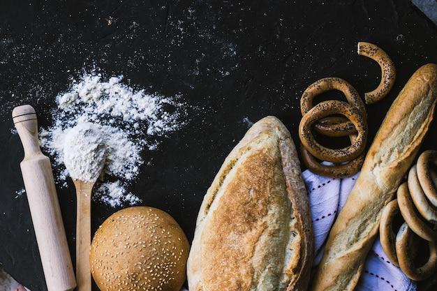 Granicy chleba na ciemnym tle