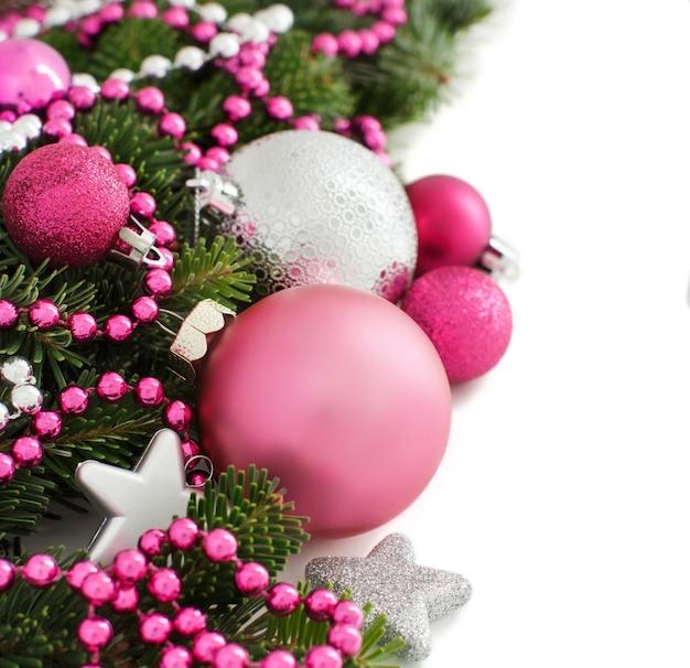 Granicy różowe i srebrne ozdoby świąteczne na białym tle
