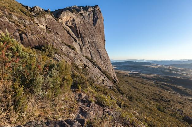 Granitowa ściana skalna park narodowy andringitra na madagaskarze