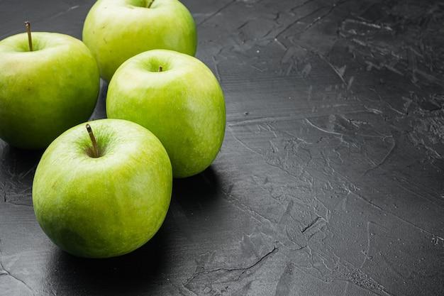 Granny smith apple set, na czarnym ciemnym tle kamiennego stołu, z miejscem na kopię tekstu