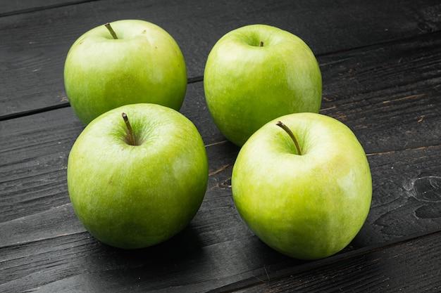 Granny smith apple set, na czarnym drewnianym stole w tle
