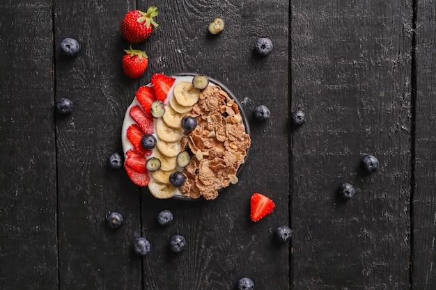 Granola. pyszne śniadanie na stole