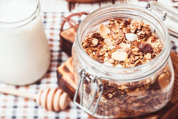 Granola w słoiku i domowy jogurt