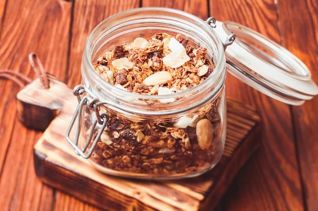 Granola w słoiku na drewnianym stole z bliska