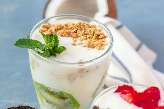 Granola z jogurtem i jagodami na zdrowe śniadanie na stole