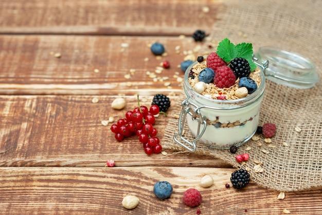 Granola z jogurtem i świeżymi malinami, jagodami i jeżynami