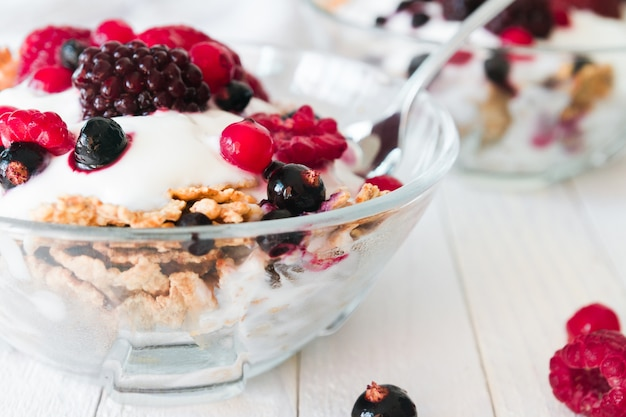Granola z jogurtem, truskawkami, jeżynami i jagodami