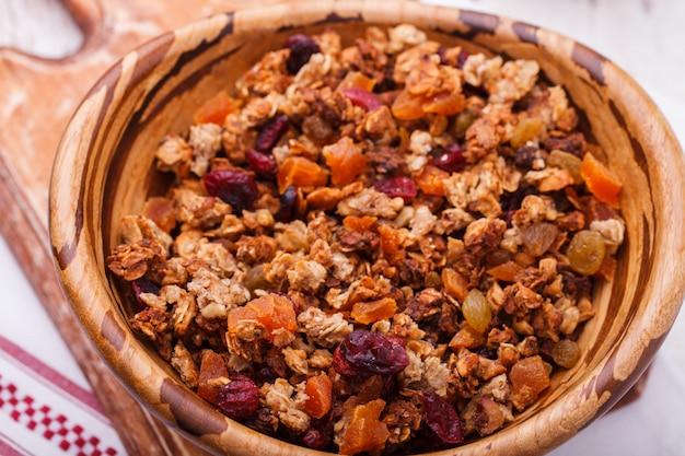 Granola z kilku rodzajów zbóż z orzechami, miodem