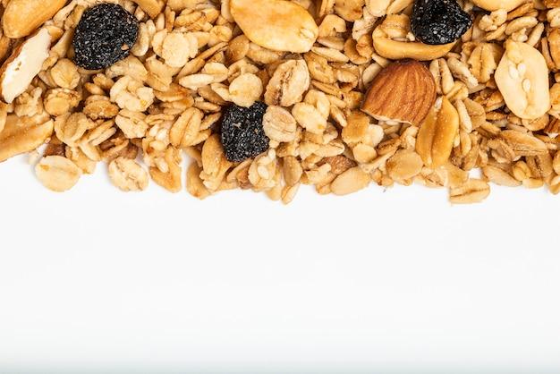 Granola z suszonymi owocami na białym tle. widok z góry. fotografia makro.