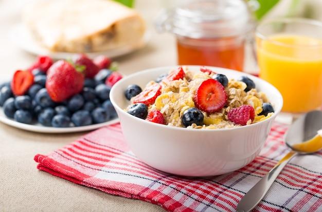 Granola zbożowa z owocami na stole, zdrowe odżywianie.