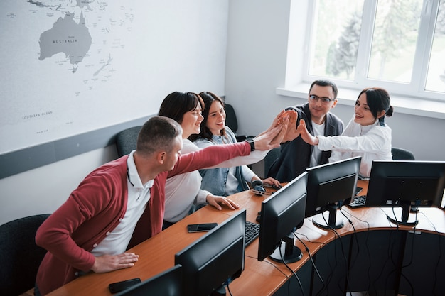 Gratulacje dla nas. młodzi ludzie pracujący w call center. nadchodzą nowe oferty