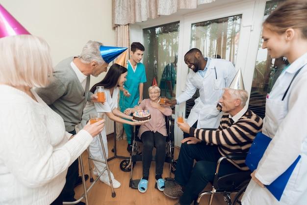 Gratulacje dla starej kobiety są bardzo zaskoczone i szczęśliwe.