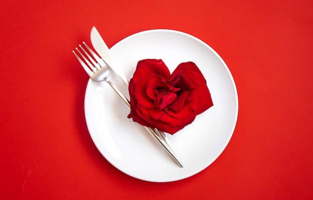 Gratulacje na romantyczną kolację walentynkową. selektywna ostrość. wakacje.