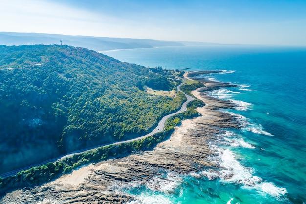 Great ocean road przechodząca wzdłuż malowniczej linii brzegowej. widok z lotu ptaka