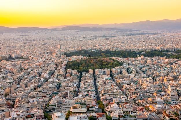 Grecja. ciepły letni wieczór nad dachami aten. budynki mieszkalne i wąskie uliczki. widok z lotu ptaka