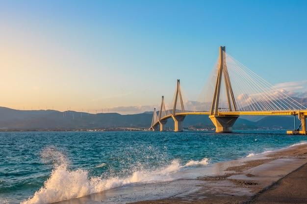 Grecja. most rion antirion nad zatoką koryncką.