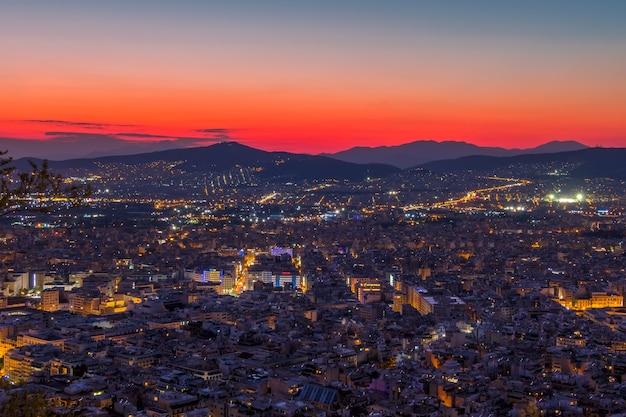 Grecja. panoramiczny widok z wysokiego punktu na ateny bez akropolu. czerwony zachód słońca