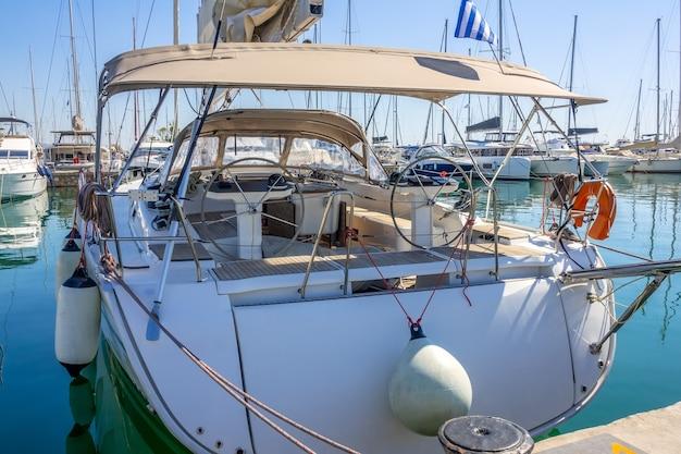 Grecja. parking dla łodzi w słoneczny letni dzień. jacht wycieczkowy. widok z rufy