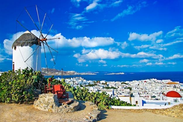 Grecja podróże i wakacje - magiczna wyspa mykonos. widok na chorę z wiatrakiem