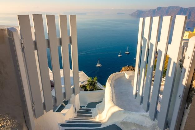 Grecja. santorini. wyspa thira. otwórz bramę i zejdź na dół. pejzaż morski z wysokości kaldery