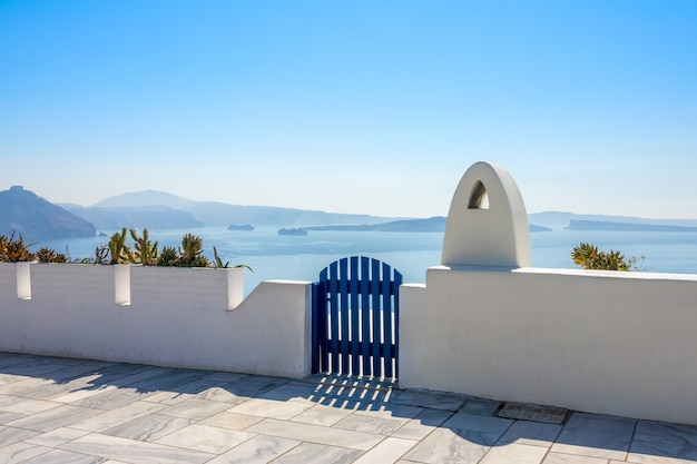 Grecja. santorini. wyspa thira. zamknięta furtka na promenadzie. pejzaż morski z wysokości kaldery