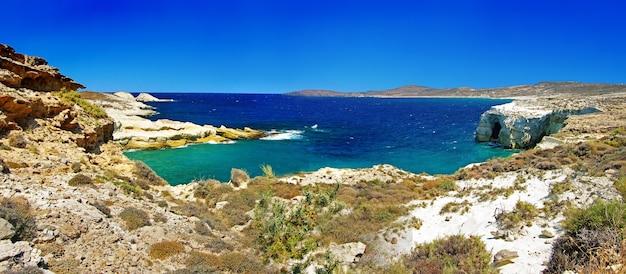 Grecja, sarakiniko na wyspie milos, z białymi skałami i turkusowym morzem