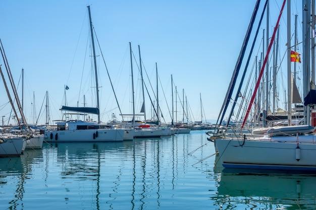 Grecja. słoneczny letni dzień. małe greckie miasteczko. wiele jachtów żaglowych w marinie