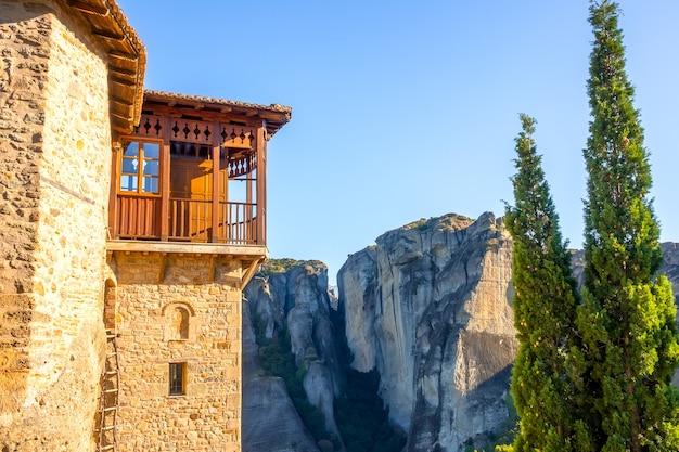 Grecja. słoneczny letni dzień w meteory. fragment budynku klasztornego z balkonem i drabinką sznurową