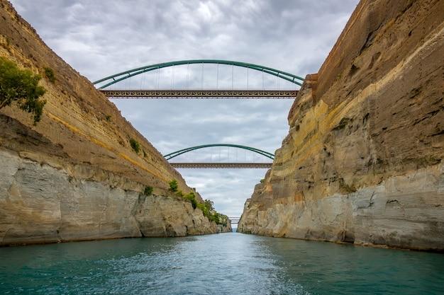Grecja. stary kanał koryncki. kilka mostów. pochmurna pogoda
