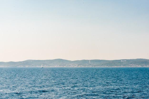 Grecja. widok na słynny i malowniczy port wyspy egina, zatoka sarońska. lato
