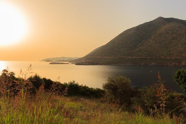 Grecja zatoka o zachodzie słońca
