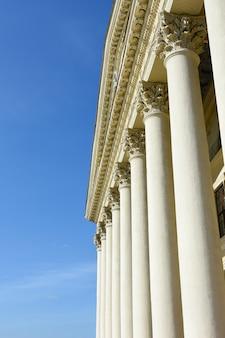 Grecka i rzymska architektura antyczna. zabytkowy budynek z zabytkowymi kolumnami