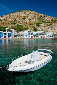 Grecka łódź rybacka na morzu egejskim w grecji