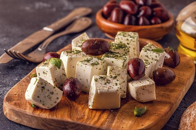 Grecka serowa feta z oregano i oliwkami